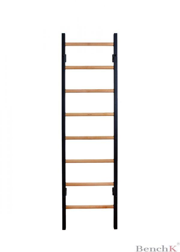 Czarna drabinka gimnastyczna z drewnianymi szczebelkami BenchK 210