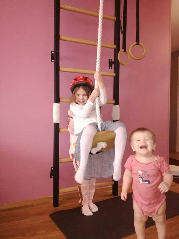 drabinka gimnastyczna w pokoju dziennym